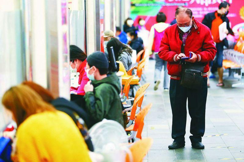 動部今(10)日公布最新一期無薪假統計,較上一期人數減少7,627人,勞動部勞動條件及就業平等司副司長黃維琛說:「這是2月疫情以來人數減幅最大的一次,減少28%。」 圖/聯合報系資料照片