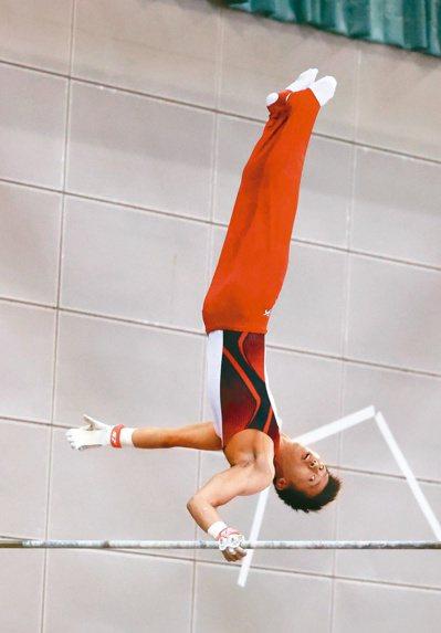 唐嘉鴻在最擅長的單槓演出。 圖/國訓中心提供
