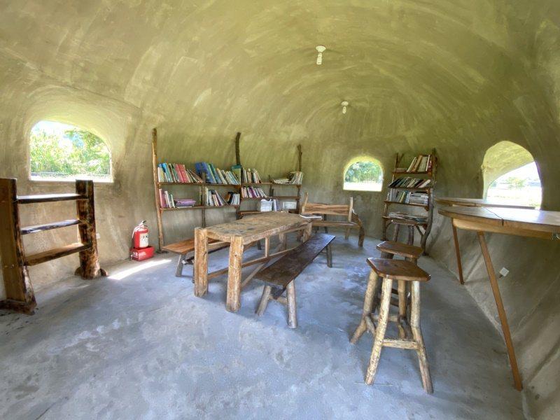 大農大富平地森林園區裡有二手書區「蟻窩」,可供人短暫休息。 圖/王思慧 攝影