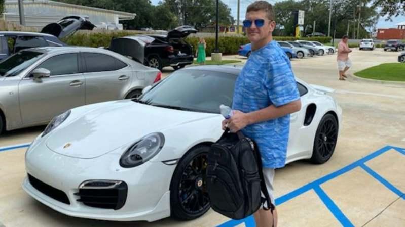 現年42歲的美國男子靠著在家使用電腦列印支票,7月27日於一家經銷店成功購買保時捷911 Turbo,在店內當場填上數字後便把車開走。擷自棕櫚灘郵報