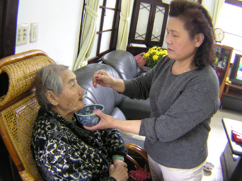 徐劉惠蘇雖然遭遇婚變,但她仍盡心照顧失智多年、高齡的婆婆,無怨無悔。 圖/林宛諭...