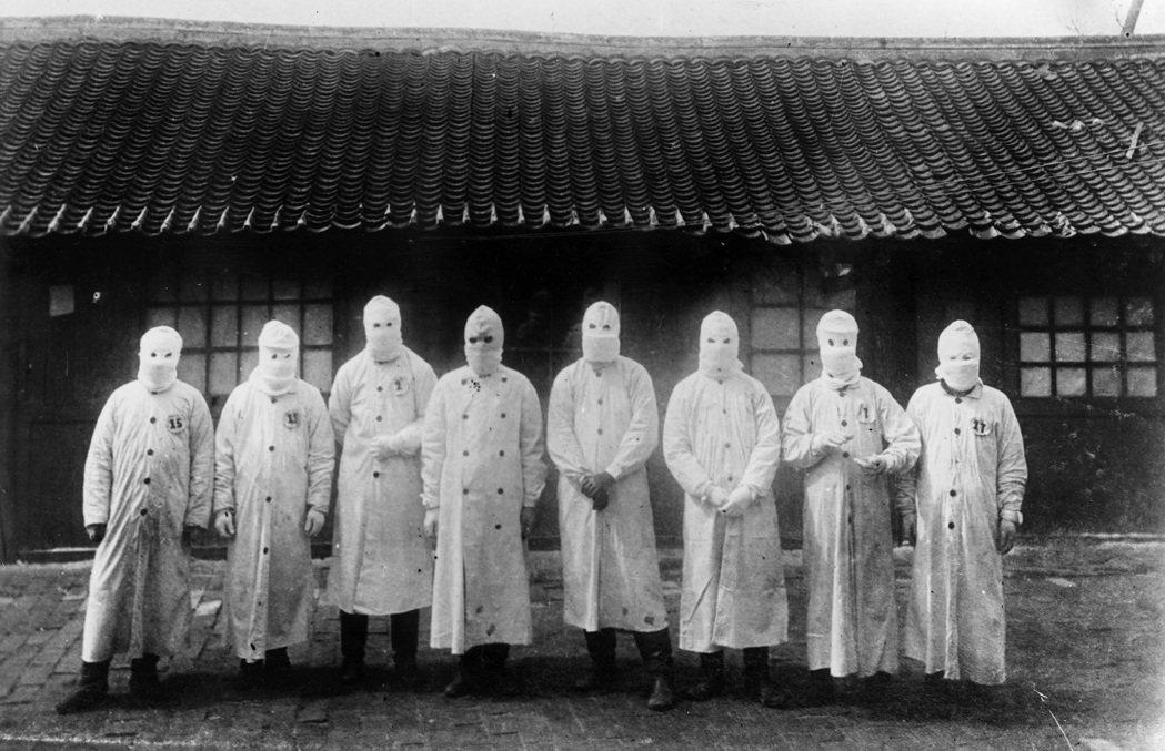 伍連德是近代第一個改良、宣導配戴口罩防疫的公衛專家,「伍式口罩」成為滿州鼠疫的防...