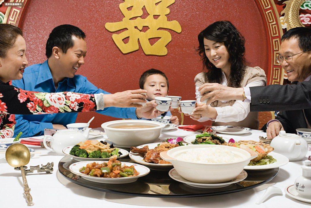 想像得到嗎,20 世紀以前華人餐桌上並沒有這種大轉盤,它的誕生其實是因為肺結核的...