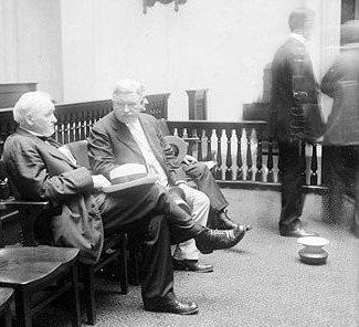 美國為了對戰肺結核發動「反吐痰運動」,最初只是管控病患。但後來公共痰盂(照片右下...