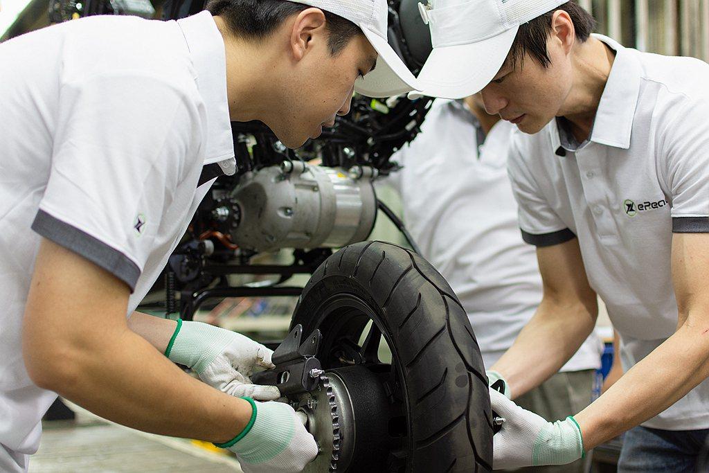 台鈴工業以豐富的造車經驗針對eReady智慧雙輪調校出最適的懸吊系統、動力傳動系...