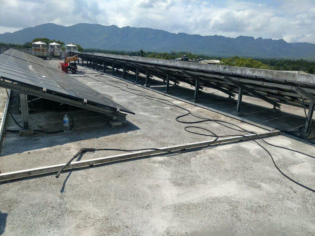 大進國小安裝許多太陽能板的屋頂,施工前樣子。阿布/提供。