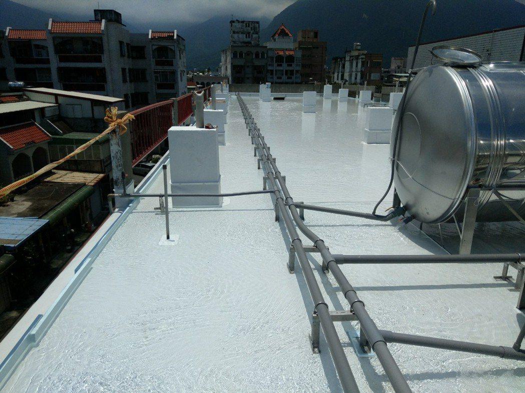 北昌國小屋頂蓋上屋頂雨衣,防水測試中。阿布/提供。