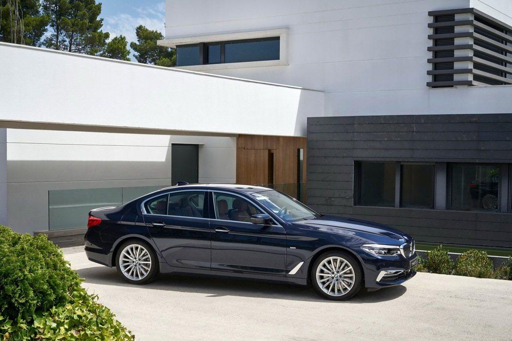 BMW 5系列白金旗艦版完美結合品牌頂尖科技與豪華配備,展現領袖級豪華中型房車的...