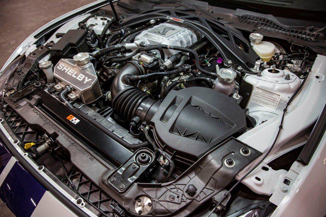 引擎室更換了新的皮帶輪和加大中冷器才能應付升級後的800匹馬力。  摘自For...