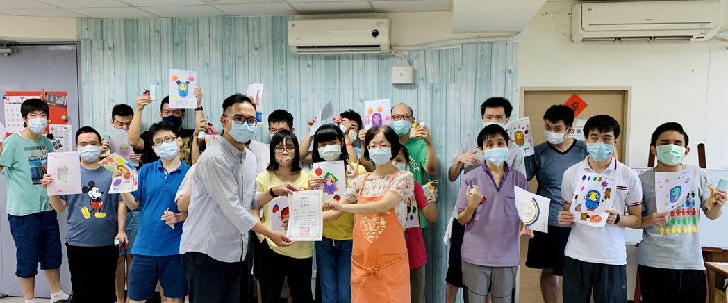 InSeed品牌CSR部門經理鍾孟甫頒發獎項鼓勵參與繪畫孩童。