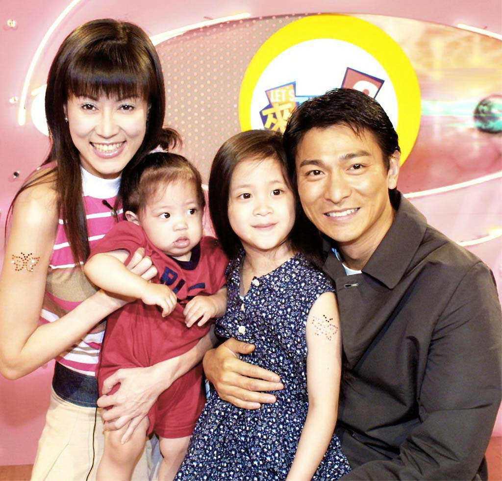 劉德華(右)與羅霈穎(左),中為歐陽妮妮、歐陽娜娜。 本報資料照片