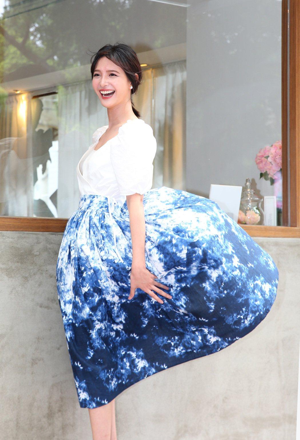 吳子霏拍攝時一陣風吹起長裙。記者林澔一/攝影