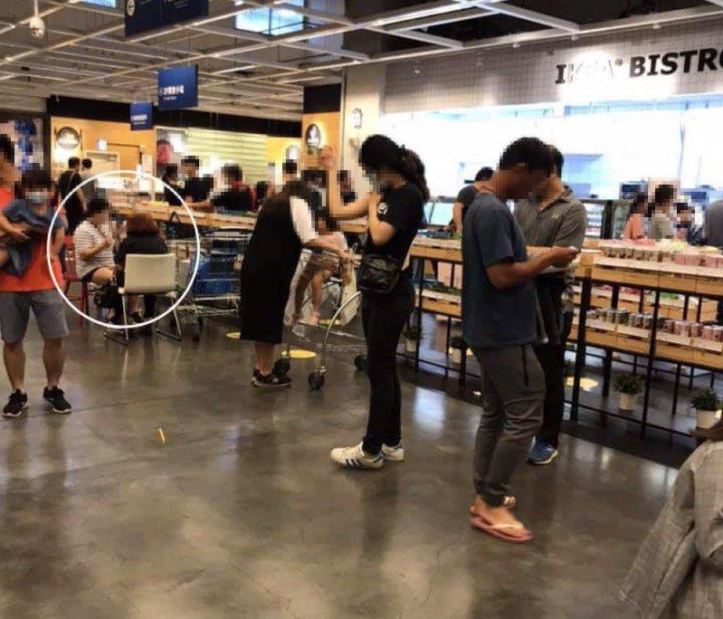 原PO從IKEA逛完出來時,看到有兩位大媽坐在欄杆旁邊用餐,以為是IKEA多設了一個用餐區,沒想到其實是兩位大媽自己買椅子坐著吃。圖擷自YouTube