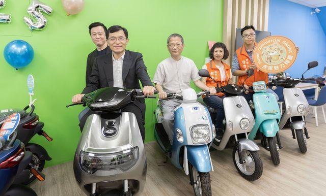 響應環保,於商圈中體驗電動自行車,期待未來逐步打造低碳城市的永續環境。 中衞/提...