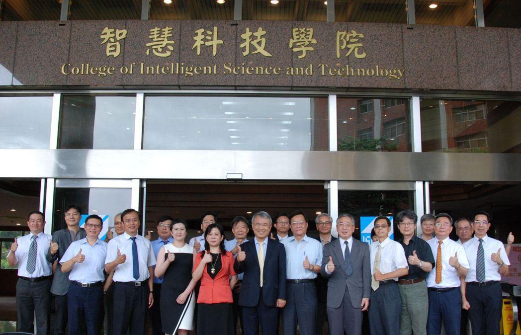 「智慧科技學院」舉行揭牌儀式,校長陳振遠(前排左五)、副校長林麗娟(前排左四)與...