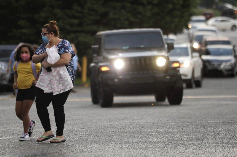 多州學校堅持在疫情下採取實體教學,3日為開學第一天,送孩子去學校的路上,家長們雖忐忑不安,卻也無力改變。(美聯社)