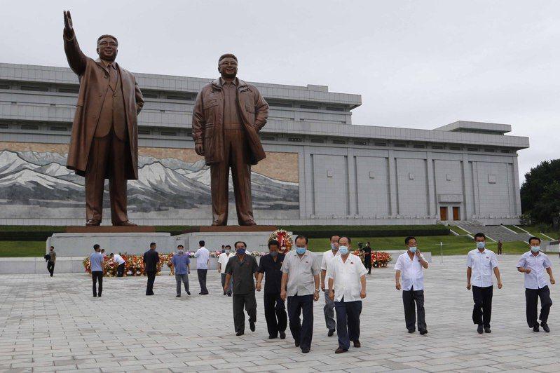 聯合國機密報告指出,北韓持續推動核武計畫。圖為北韓前領導人金日成、金正日的雕像。