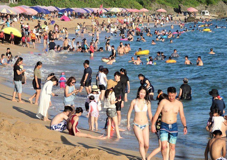 新冠肺炎疫情解封後國旅回溫,但恆春半島自5月起每逢假日,許多住戶都出現供水不穩情形。圖為屏東墾丁白砂遊憩沙灘。聯合報系資料罩/記者潘欣中攝影