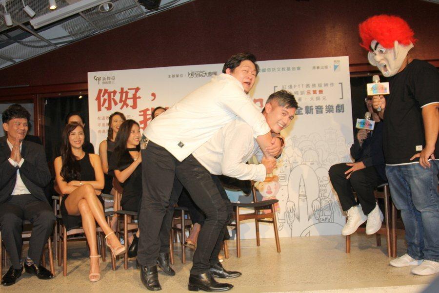 原著作者「大師兄」(右起)示範揹大體動作後,范逸臣也試揹較大隻的演員Ctwo,現