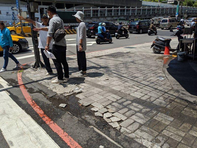 汐止區大同路人行道卻破損嚴重,市議員白珮茹就要求修繕,還給行人安全的行走空間。 圖/觀天下有線電視提供