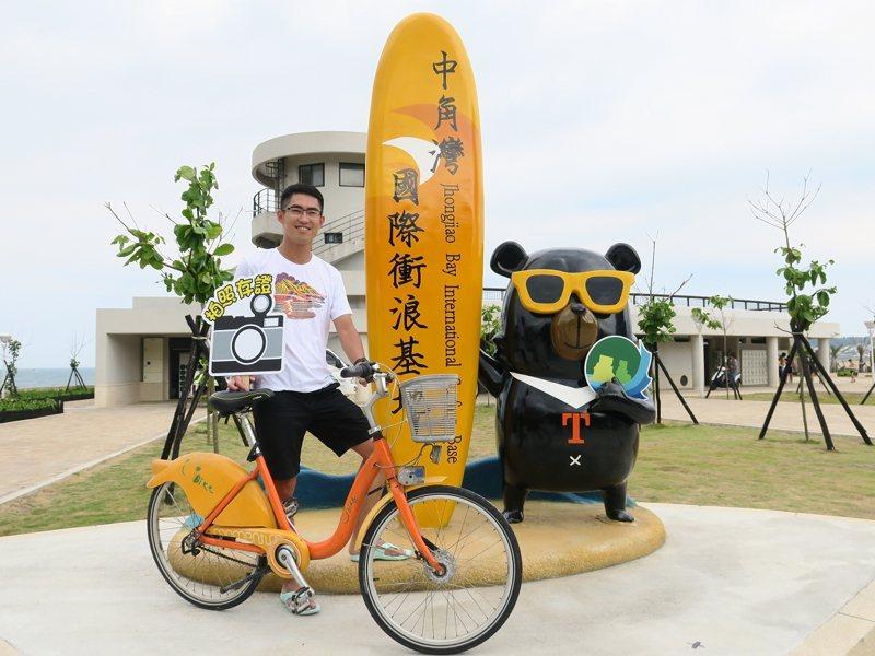 金山區長廖武輝示範如何用U-bike玩遍金山的私房景點。 圖/紅樹林有線電視提供