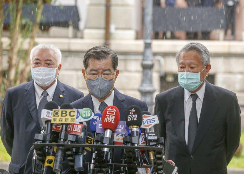 前副總統蕭萬長(中)等前往弔唁前總統李登輝。記者鄭超文/攝影