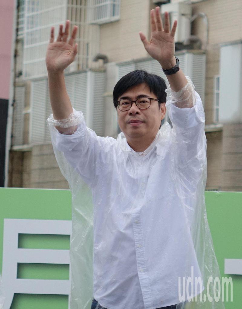 民進黨高雄市長補選候選人陳其邁今天一早到仁武區大馬路口拜票。記者楊濡嘉/攝影