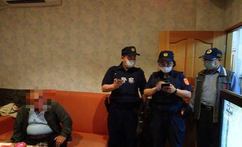 防範第二波疫情, 嘉義縣民即日起進入密閉空間戴口罩,圖為員警戴口罩臨檢KTV及小吃部等密閉娛樂場所。圖/警方提供