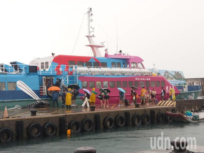 台東離島蘭嶼、綠島往返台東與屏東之間,所有海上客輪航班今天恢復正常運行,船公司也加開班次疏運旅客。記者尤聰光/攝影