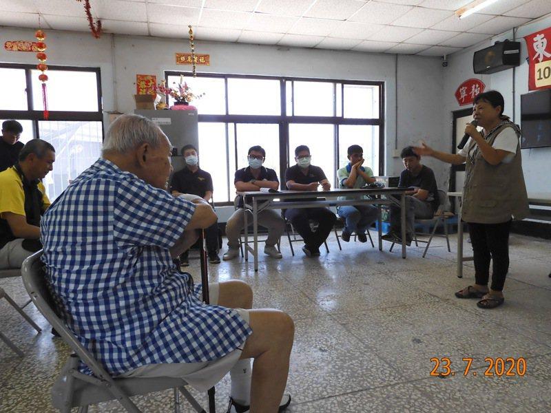 屏東縣議員蔣月惠(右)為共和新村召開協調會,前方坐者為金士傑父親、105歲的金英。圖/劉玉珍提供