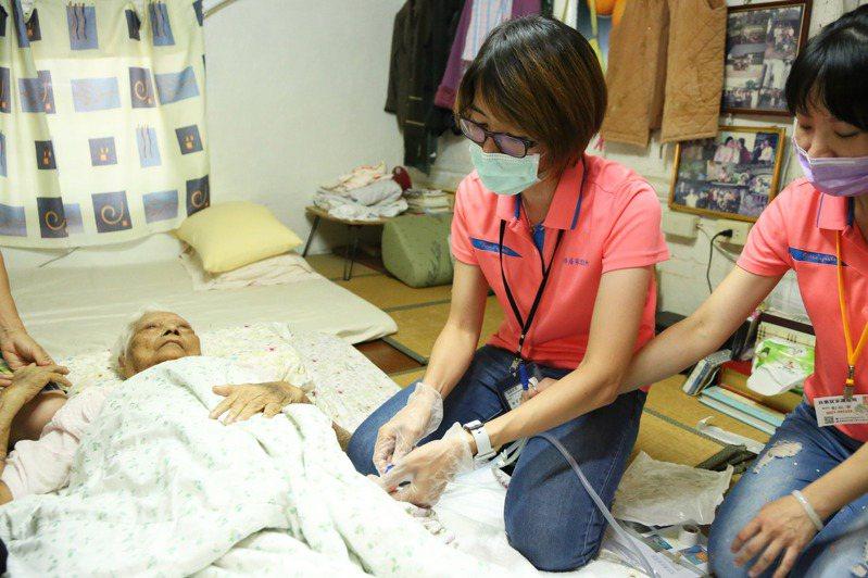 嘉義縣義竹鄉97歲趙姓婦人家屬透過「管路安心計畫」找到護理師到宅協助。圖/嘉義縣政府提供