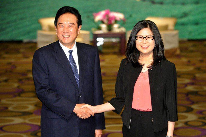 大陸海協會長陳雲林(左)2012年8月與陸委會主委賴幸媛(右)在台北君悅飯店會面,並進行會談。 圖/聯合報系資料照片