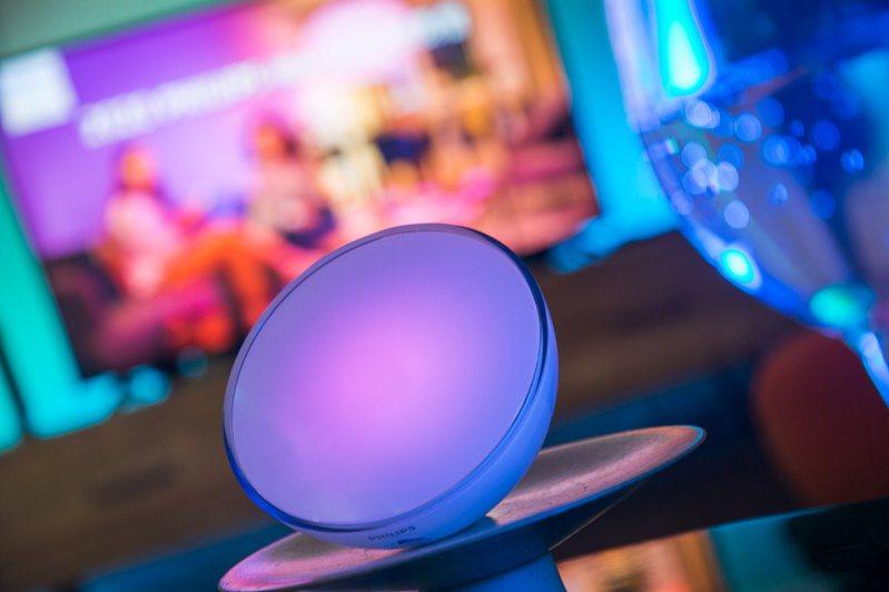 最不受空間限制的Hue Go可攜式情境燈續航力,最長可使用24小時,可快速透過按鍵切換9種燈光情境,成為戶外活動或露營的最佳良伴。圖/昕諾飛提供