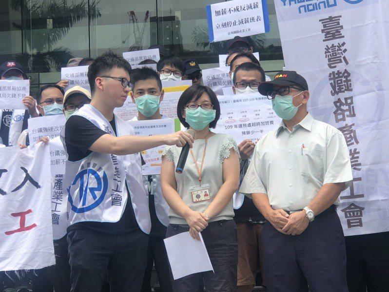 交通部人事處代表表示,會盡速發放加班費。記者曹悅華/攝影