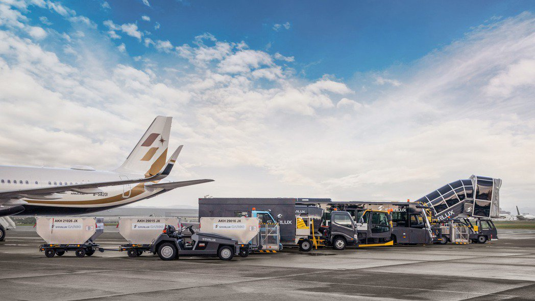 星宇航空KLOOK好想出國活動將安排多種勤務車隊於機坪一字排開迎接旅客 。圖/業...