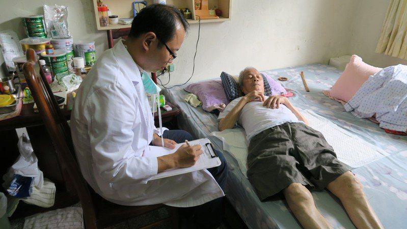 衛福部立彰化醫院中醫科主任馮天祥到陳林用住處,為他把脈問診和治療。記者簡慧珍/攝影