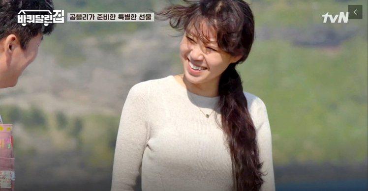 「帶輪子的家」是韓國tvN電台在六月推出的綜藝性節目,孔曉振近期特別擔任特別來賓...