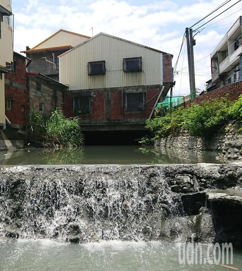 彰化縣八堡二圳上面搭建水上屋,歷經九二一地震,完好如初。記者簡慧珍/攝影