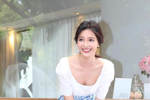 新生代戲劇女星吳子霏中午與媒體見面,由於颱風剛過,台北市雖然無雨但偶有陣風。吳子霏氣質出眾,拍攝時一陣風吹起長裙,重現美國50年代性感女星瑪麗蓮夢露的經典情景。