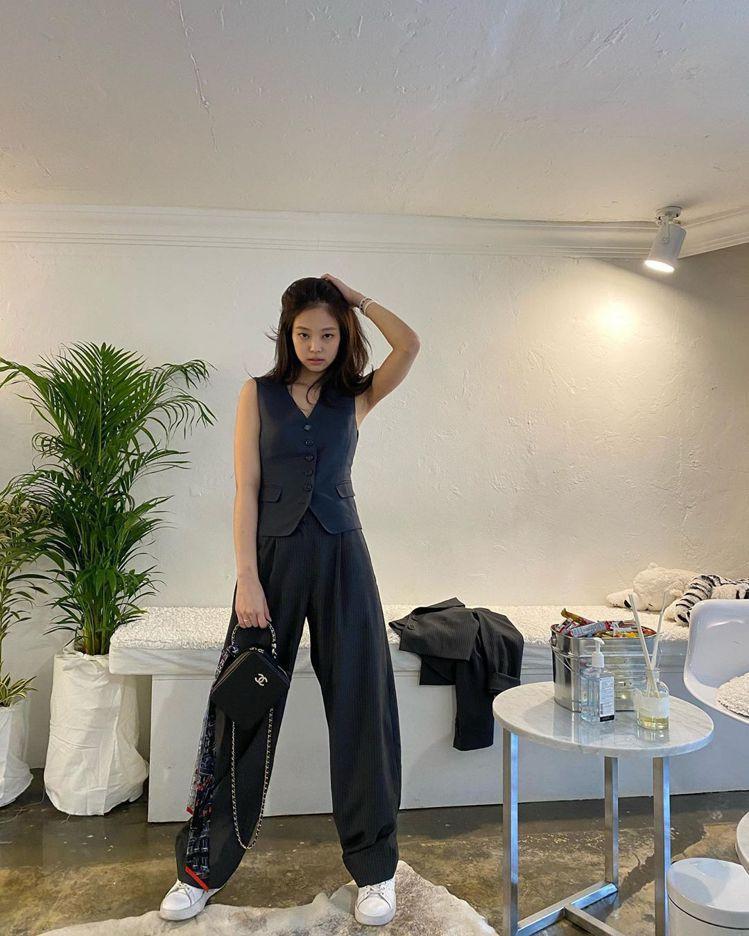 Jennie搭配香奈兒2019春夏系列的直立黑色Vanity Case包款,隨手...