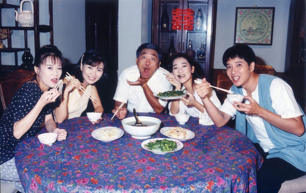 羅霈穎(左起)與方文琳、莊文祺、況明潔、歐陽龍22年前合作「吹鼓吹彩霞飛」。圖/...