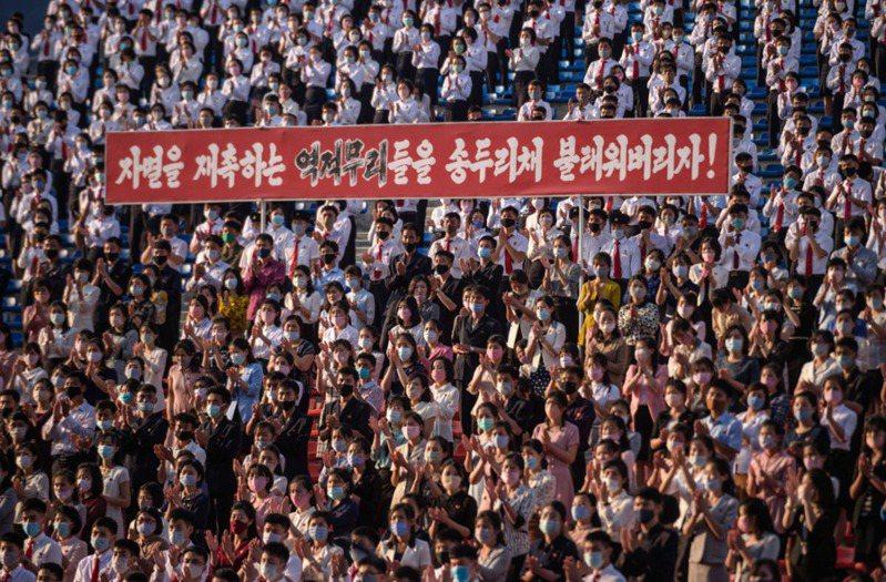 今(2020)年6月6日在北韓平壤有批叛脫北者活動,標語上寫著「消滅叛國組織」。法新社