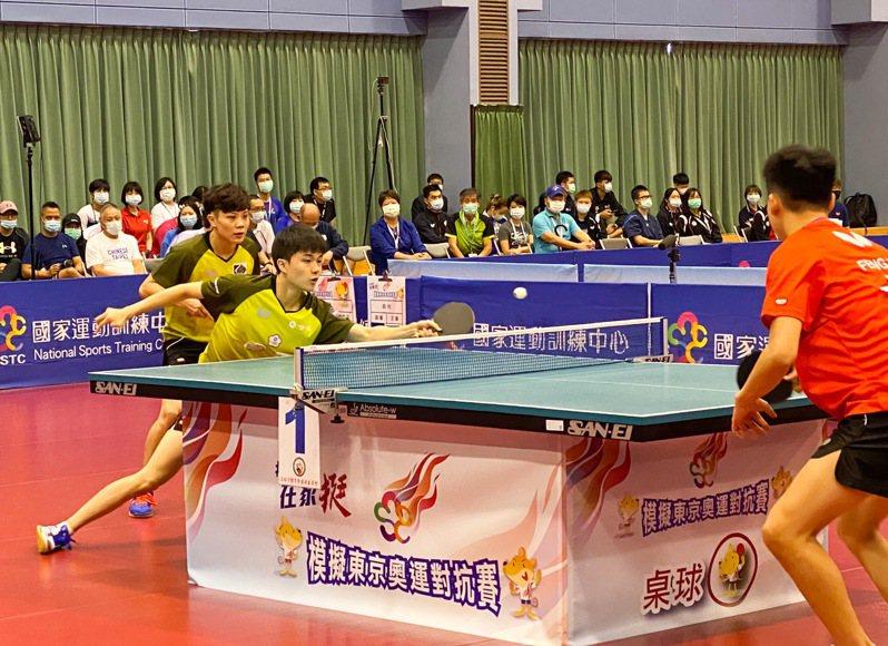林昀儒(黃衣前)和鄭怡靜(黃衣後)的桌球混雙組合是東京奧運搶牌重點。記者曾思儒/攝影