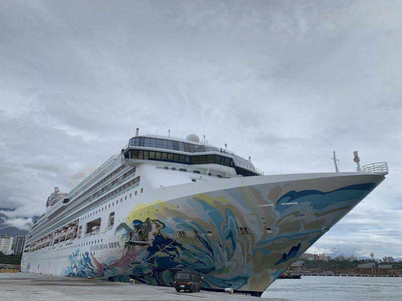跳島郵輪「探索夢號」因颱風首度改停靠花蓮港,這也是花蓮港今年第一次有郵輪停靠。記者王思慧/攝影