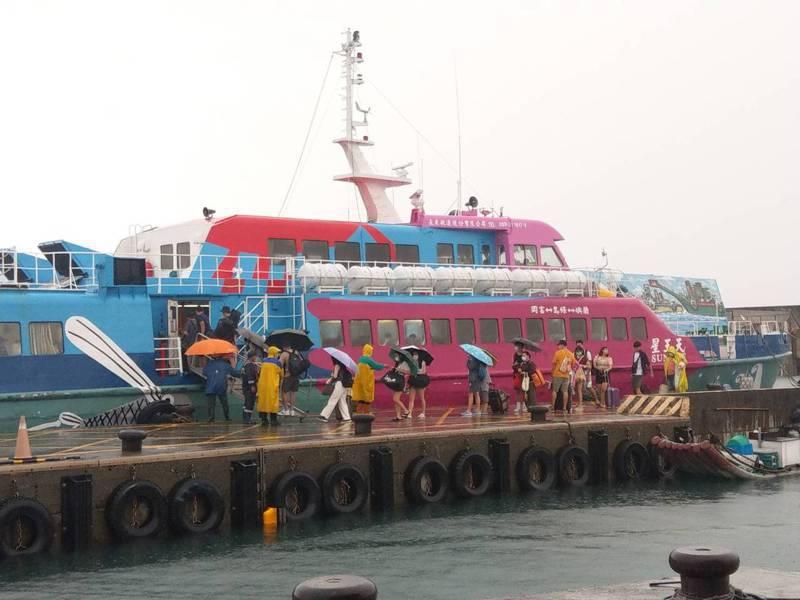 經綠島鄉公所與縣府及船公司協調,讓今天原本26班的船班,再加開2航班輸運。記者尤聰光/攝影