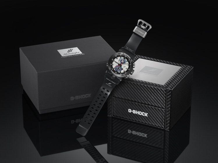 外盒包裝採用碳纖維紋路呼應整體設計風格。圖/Casio提供