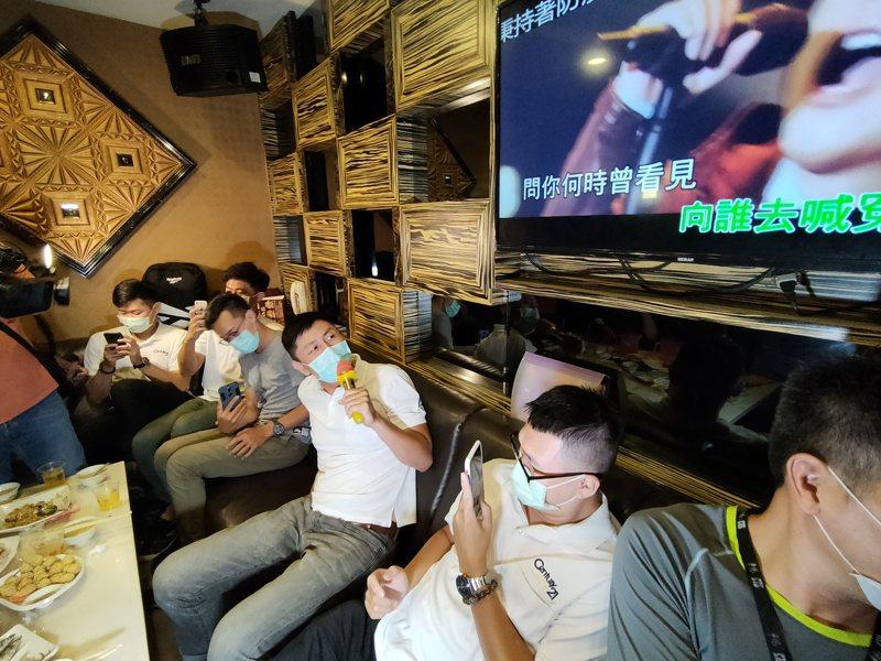 台中市長盧秀燕前往ktv市查時發現民眾都戴著口罩唱歌。記者黃寅/攝影