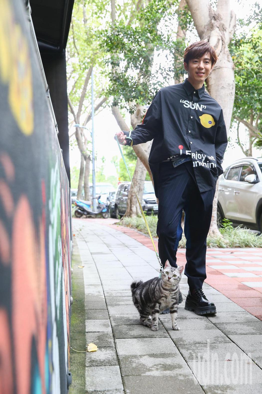 蔣卓嘉即使忙著籌備新專輯,還當起了貓奴養貓,為其取名「Trooper」,他表示每