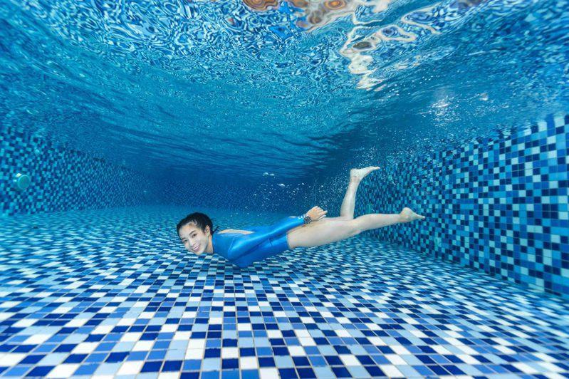 堪稱「學霸」的温貞菱今年多元嘗試,除原本練習多年的Open Water、今年再學習自由潛水(Free Diving)。圖/MIDO提供