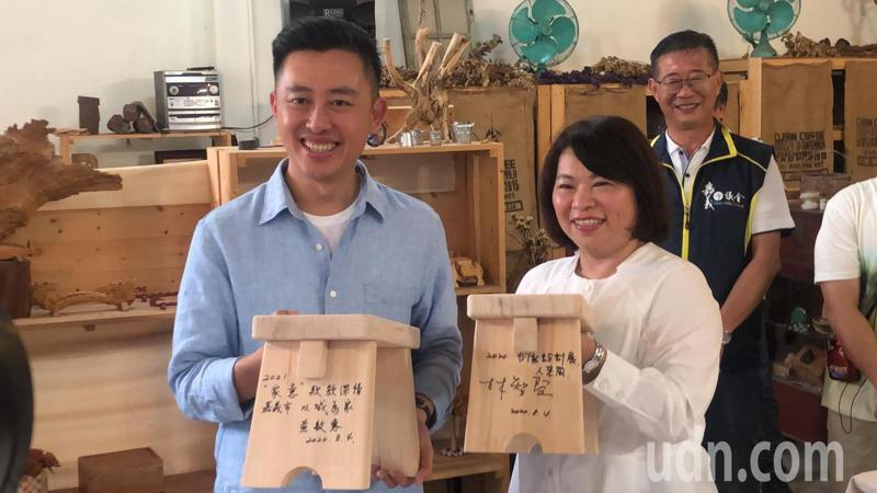 新竹市長林智堅(左)、嘉義市長黃敏惠贈送彼此親手製作的木椅,象徵姐妹市情誼。記者李承穎/攝影